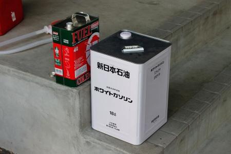 ENEOSのホワイトガソリンをコールマンの4リットル缶に移し替えます。