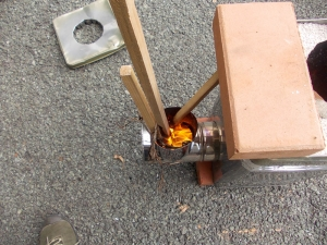 T曲がりの上部が薪、空気投入口